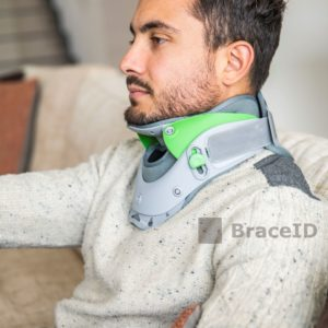 3D5A0375 - rigid neck brace - Watermerk